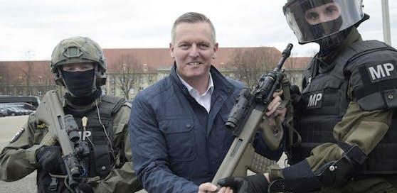 Mario Kunasek bei der Übergabe neuer Sturmgewehre im April 2018