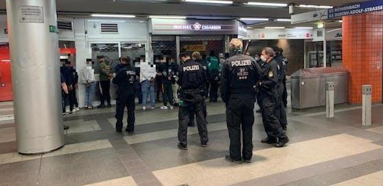 Die Polizei nahm mehrere Personen fest.