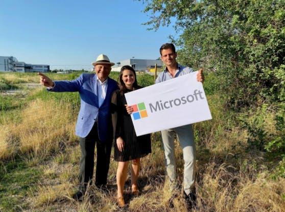 Bürgermeister Hannes Koza, gemeinsam mit Senator Komm. Rat Burkhard Ernst und Stephanie Ernst, MMBA MSc. von der Rainer Gruppe freuen sich über die  Zusammenarbeit mit Microsoft.