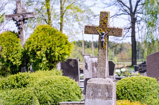 Auf einem Friedhof kam es zu der Horror-Attacke. (Symbolbild)