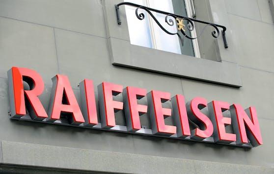Ein Schriftzug der Schweizer Raiffeisen-Bank über einer Filiale in Bern.