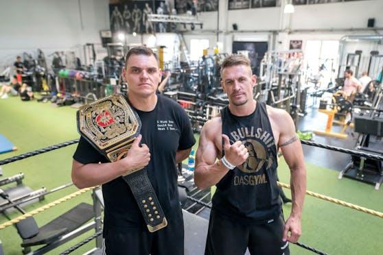 WWE-Star WALTER und Head-Coach Peter White
