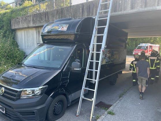 Der Transporter blieb in einer Unterführung in Altmünster stecken.