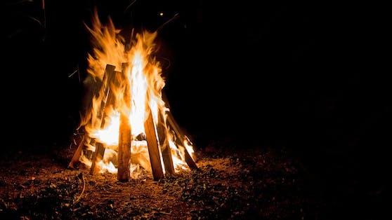 Der 50-Jährige stürzte in ein Lagerfeuer.