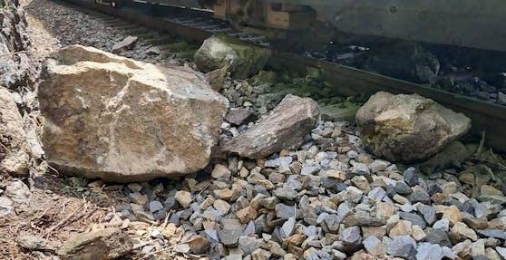 Wachaubahn krachte gegen Felsen