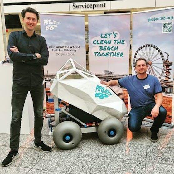 Edwin Bos (links) und Martijn Lukaart mit BeachBot.