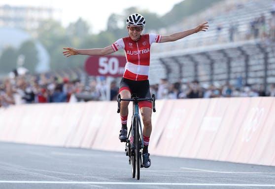 Anna Kiesenhofer fährt im Straßenrennen von Tokio zu Olympiagold.