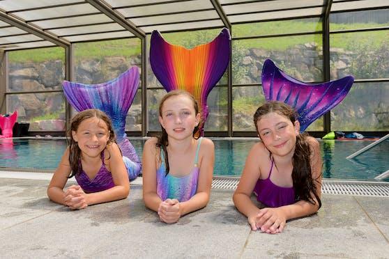 Johanna (8), Lena (8) und Kristin (9) beim Meerjungfrauen-Workshop im Hallenbad in Ansfelden.