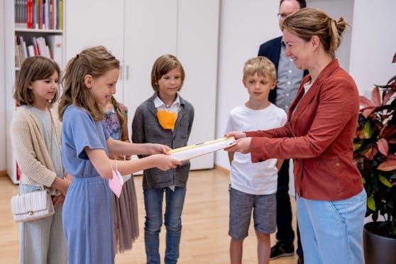 Lilia (9) überreichte mit ihrem Bruder und Freunden die Unterschriftenliste an Bezirksvorsteherin Silvia Jankovic (SPÖ).