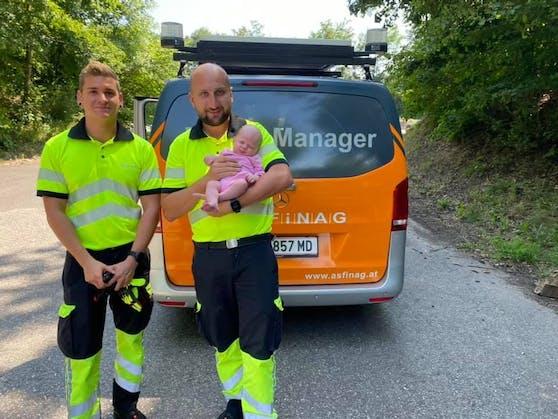 Die beiden Linzer Trafic-Manager der Asfinag Paul Hinterdorfer und Michael Waidmayr kamen Mama Cornelia Puschner und Baby Victoria am Pannenstreifen kurz vor Linz zu Hilfe.