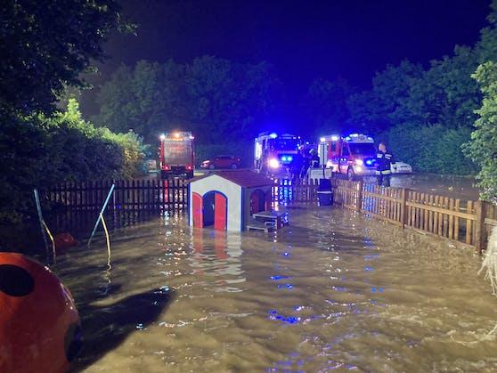 Gärten, Wege, Häuser und auch ein Sportpark standen unter Wasser.