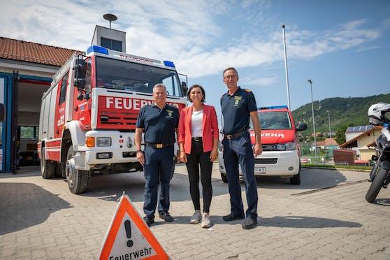 Landesfeuerwehrkommandant Dietmar Fahrafellner (l.) und Vize Martin Boyer mit Ministerin Elisabeth Köstinger