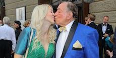 Küsschen und Rüffel für Lugner bei Festspiel-Premiere