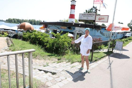 Damit die Schwäne nicht mehr auf die Kagraner Brücke laufen können, setzt sich Marianne Kukla für einen Zaun mit Tür ein.