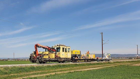 Lackierungsarbeiten: Zug und Arbeiter im Einsatz.