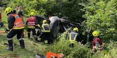 Lenkerin (61) landete im Straßengraben - eingeklemmt