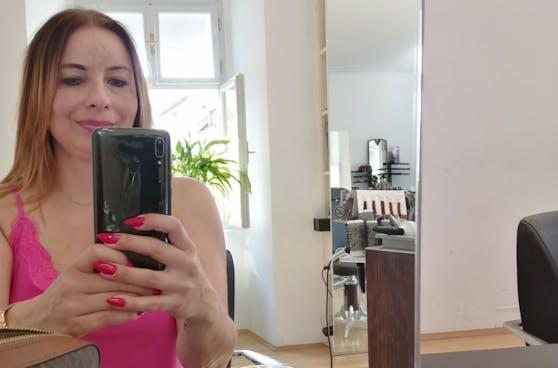 """Die Wochenendtrip-Gewinnerin Claudia bei ihrem Friseurtermin im Salon """"Haarkunst Klee"""""""
