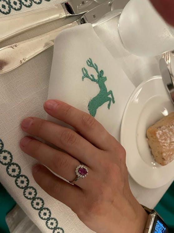 Richard Lugner steckte seiner Simone diesen Rubin-Ring an.