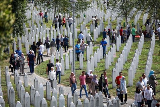 Tausende Menschen versammeln sich jährlich, um der Opfer des Massakers von Srebrenica zu gedenken.