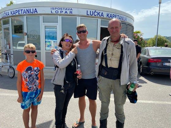 Simon, Christine, Stefan und George (v.l.n.r.) im sicheren Hafen von Lopar (Kroatien).
