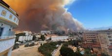 Menschen flüchten in Türkei vor Flammen an Strände