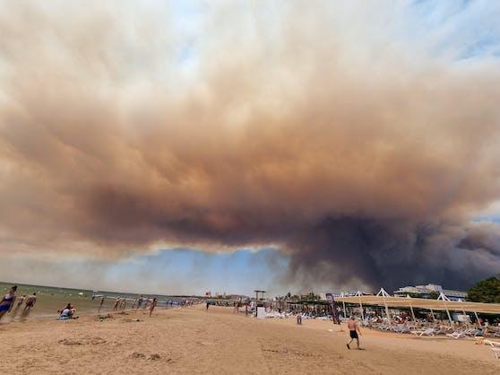 Waldbrände in der Türkei bedrohen Urlaubsstrand