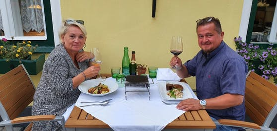 Sylvia und Josef genießen ein köstliches Abendessen in der Gaststätte Figl in St. Pölten.