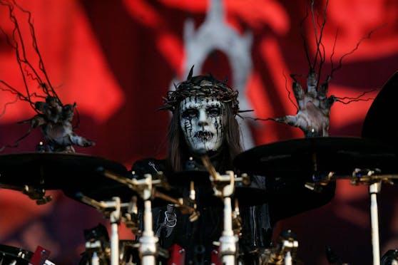 Slipknot-Schlagzeuger Joey Jordison mit Maske bei einem Auftritt im Jahr 2009