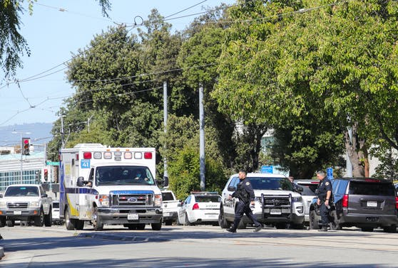 Im US-Bundesstaat Kalifornien ereignete sich in einem Kino ein rätselhafter Schuss-Vorfall.  Die Polizei und Rettungskräfte waren vor Ort. Symbolbild.