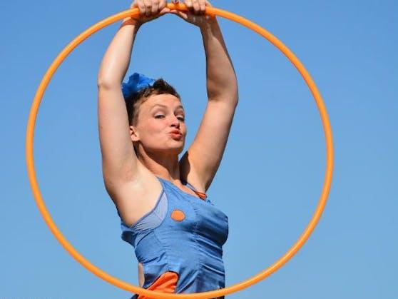 Hula-Hoop-Comedienne Silke Schirok zeigt ihr Können am Pflasterspektakel.