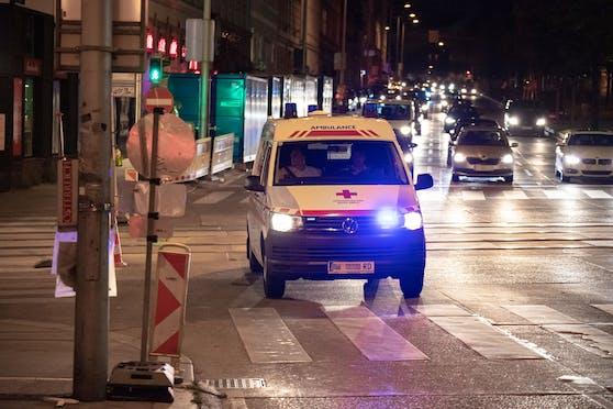 Ein Rettungsfahrzeug des Roten Kreuzes auf einer Einsatzfahrt in Wien. Symbolbild