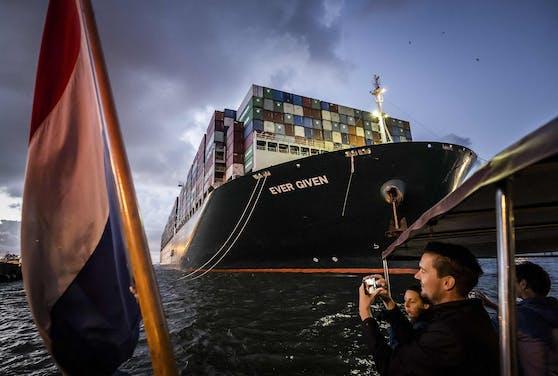 """Die """"Ever Given"""" ist endlich in Rotterdam angekommen."""