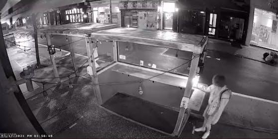Ein Vorfall wurde von der Überwachungskamera des Lokals aufgezeichnet