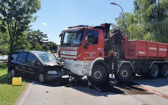 Pkw krachte gegen Feuerwehrauto.