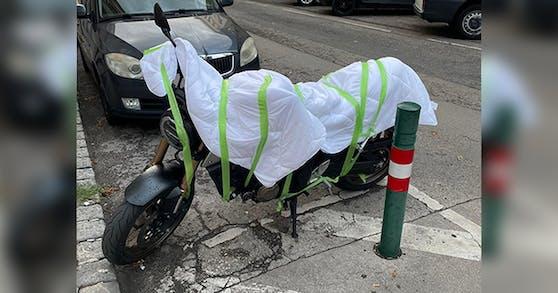 So schützte ein Wiener sein Motorrad vor Hagelschäden.