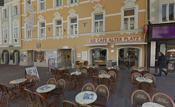 """Zwei Mitarbeiter des """"Eis Cafe Alter Platz"""" wurden positiv auf das Coronavirus getestet."""