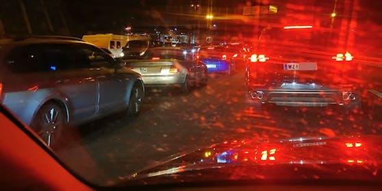 Auto an Auto an Auto: Viele mussten die Nacht am Weg in den Balkan im Auto verbringen.