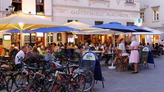 Ein Restaurant am Glockenspielplatz in Graz