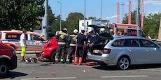 Frau bei Crash mit Lichtmast in Wien schwer verletzt