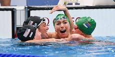 Weltrekord! Konkurrentinnen feiern Schwimmerin