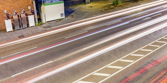 Schutzwege, Sperr- und Leitlinien, sogar Schriftzeichen brachten die Kärntner auf der Bundesstraße an. (Symbolbild)