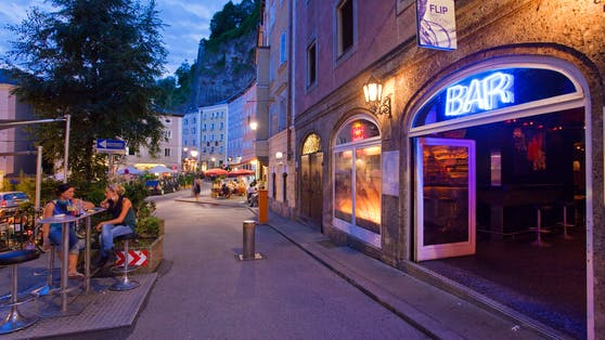Die Salzburger Gstättengasse unter den Felswänden des Mönchsbergs ist ein beliebter Treffpunkt (Symbolfoto)