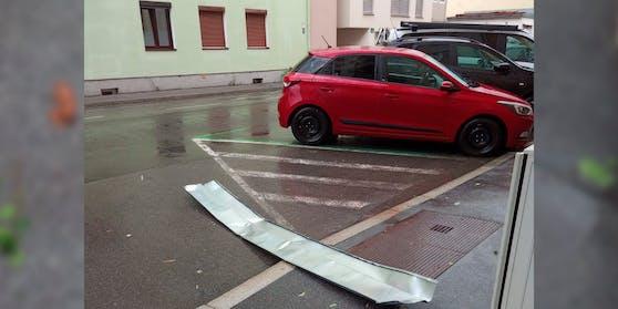 Ein etwa zwei Meter langes Metallblech stürzte von einem Gebäude.