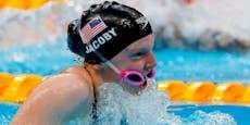 Olympiasiegerin schwamm mit Brille vor dem Mund