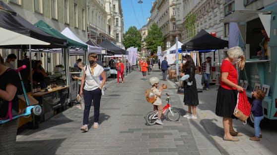 Passanten in der autofreien Lindengasse, Wien.