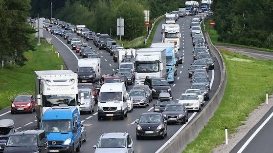 Stau auf der A1 bei Salzburg Richtung Villach am Samstag, 31. Juli 2021. An diesem Wochenende kommt es wegen des Reiseverkehrs zu erhöhtem Verkehrsaufkommen und Staus in Österreich.