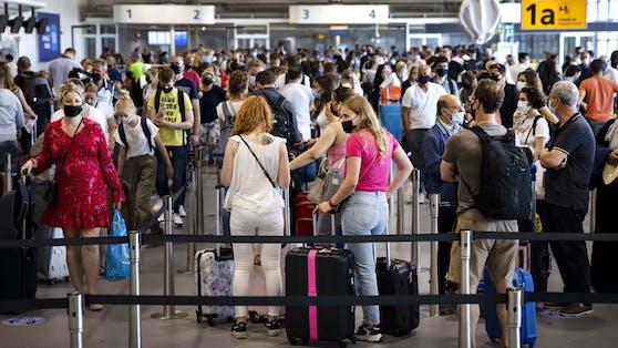 Die Testpflicht für Urlaubsrückkehrer aus den Niederlanden ist beschlossen. (im Bild:Schiphol Flughafen in Amsterdam)