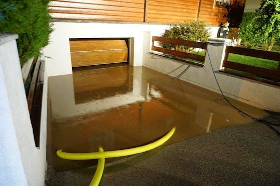 Sinnflutartiger Regen mit kleinkörnigen Hagel führte binnen kurzer Zeit zur Überlastung der Kanalisation.