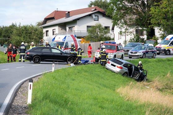 Die beiden Autos kollidierten frontal.