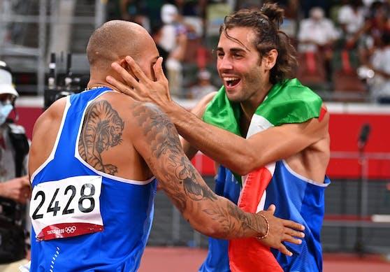 Hier feiern die beiden italienischen Olympia-Helden gemeinsam. Wenige Minuten nach Tamberi sprintete Marcell Jacobs über 100 Meter zu Gold.